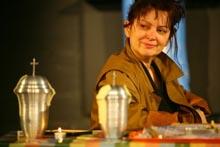 HNK u Varaždinu: Nina Mitrović, Familija u prahu, red. Samo M. Strelec, foto: Radomir Sarađen