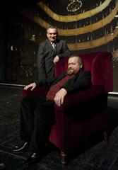 Milan Bešlić i autor Antun Boris Švaljek ispred novog svečanog zastora HNK u Varaždinu